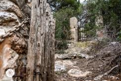 ein steiler Pfad zu einem verwunschenen Grundstück